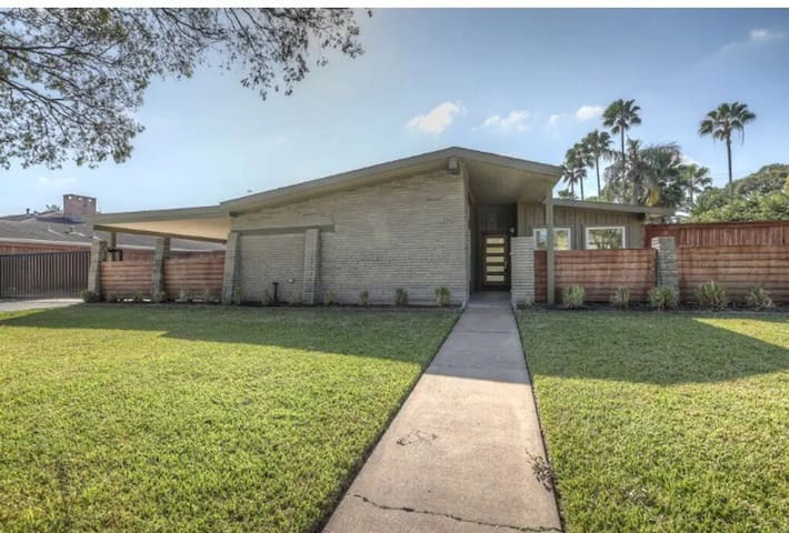 Gorgeous home close to Galleria/ Med Center & 610