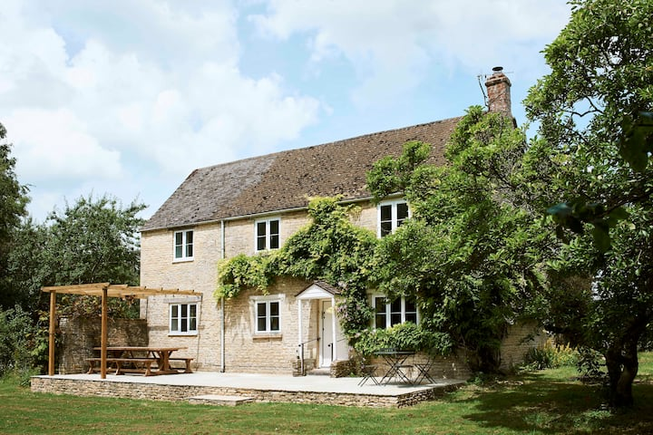 Montreal House - Idyllic Cotswold hideaway for 10