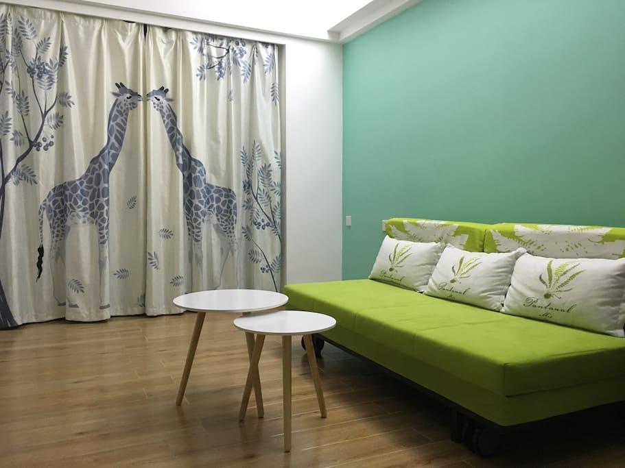 1.8的沙发床,北欧简约风格小圆凳,小清新小鹿窗帘,文艺气息浓厚