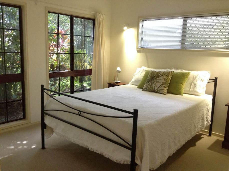 Light, airy double room with queen bed and aircon
