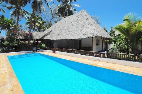 Villa Furaha, Beachfront Bungalow with pool