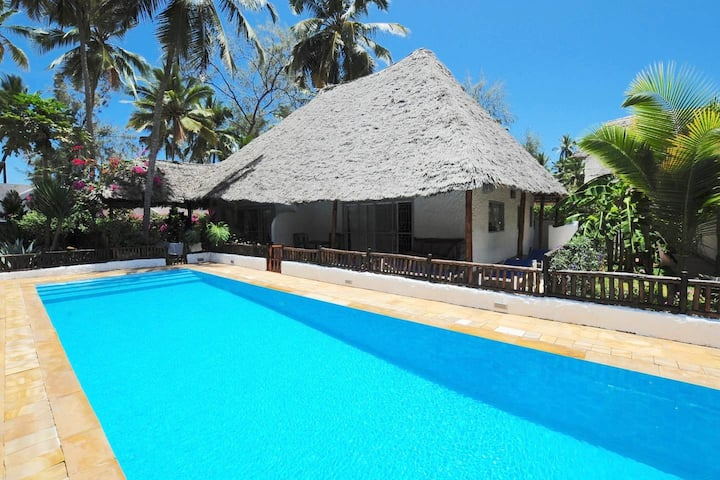 Villa Furaha, Beachfront Bungalow with pool