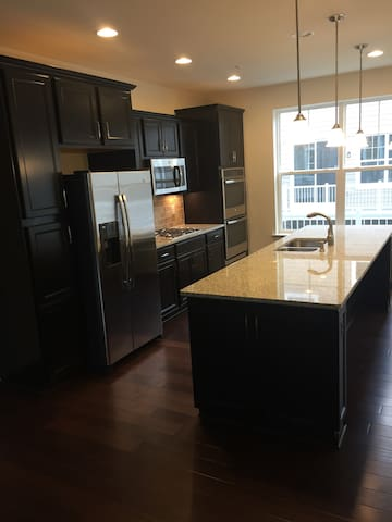 Private Room and Bathroom in Brand New Townhome - Washington - Townhouse