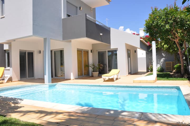Bright and attractive linked villa close to amenities