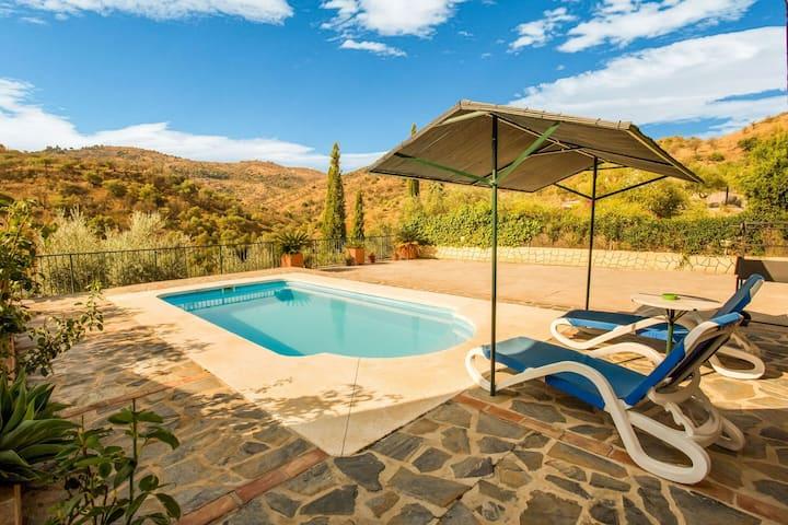 Preciosa casa de vacaciones en Guaro, Andalucía con piscina privada