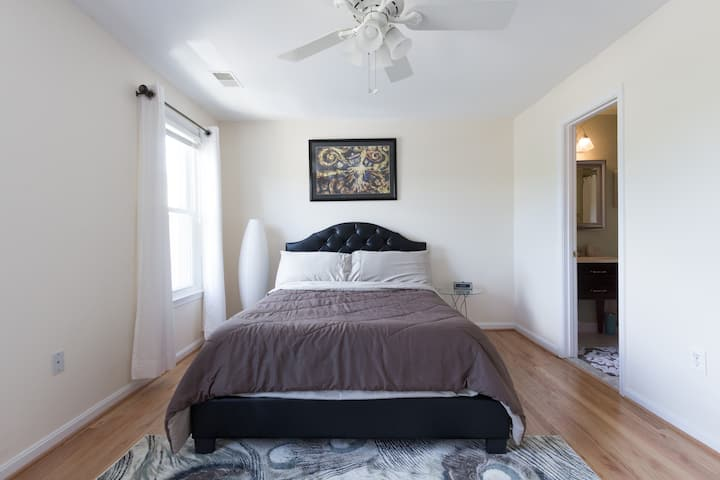 Mins to The White House 4 Br Townhome Free Parking
