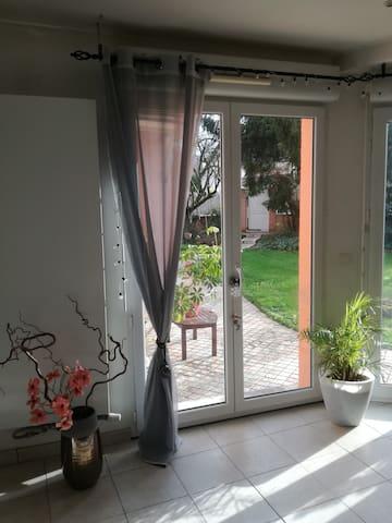 Du salon, vue sur le jardin