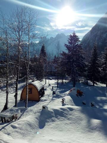 casetta con panorama delle montagne