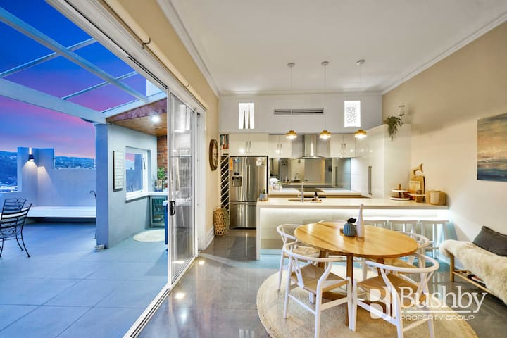 Close to cafes, luxurious + amazing city views!