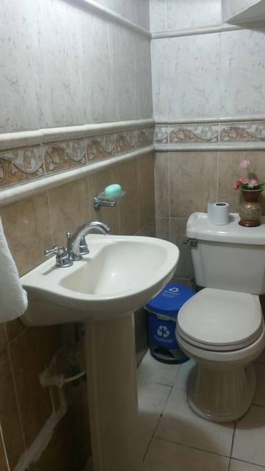 contaras con un baño limpio y de uso exclusivo donde podrás ducharte y hacer todas tus necesidades cómodamente.