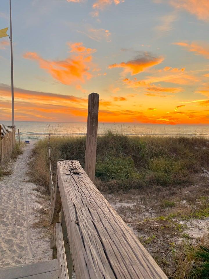 150 yards from the Beach Access 11 - Sleeps 8 🏝