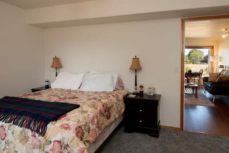 Home away from home for two - with a view! - Sequim - Apartament