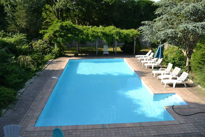 Jamestown House with pool, close to Town