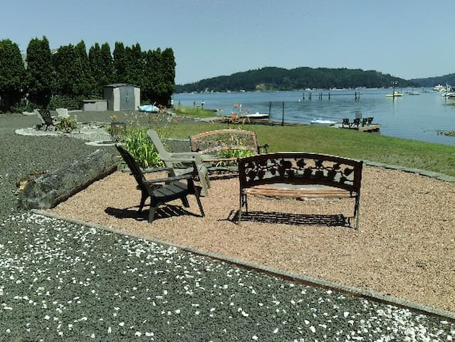 Hood Canal kayaking House, sleeps 8 with Hot Tub