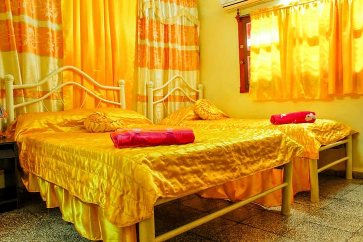 Hostal Pilar Santa Clara Cuba  Habitación Amarilla
