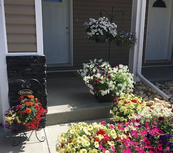 Beautiful 3 Bedroom Home for work or play! 906