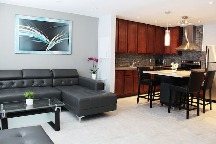 New Modern 2 Bedroom Suite Midtown Toronto