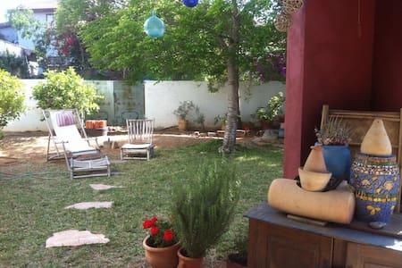 Cozy Room with a Garden View in an Arty Home - Caesarea - House