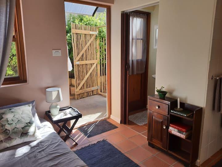 Cozy private room in quiet leafy suburb