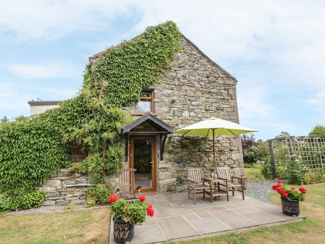 POPPY COTTAGE, romantic, with open fire in Greystoke, Ref 972268