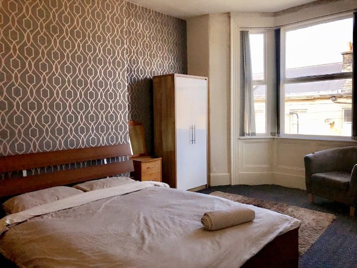Large double in Bradford City Centre + breakfast