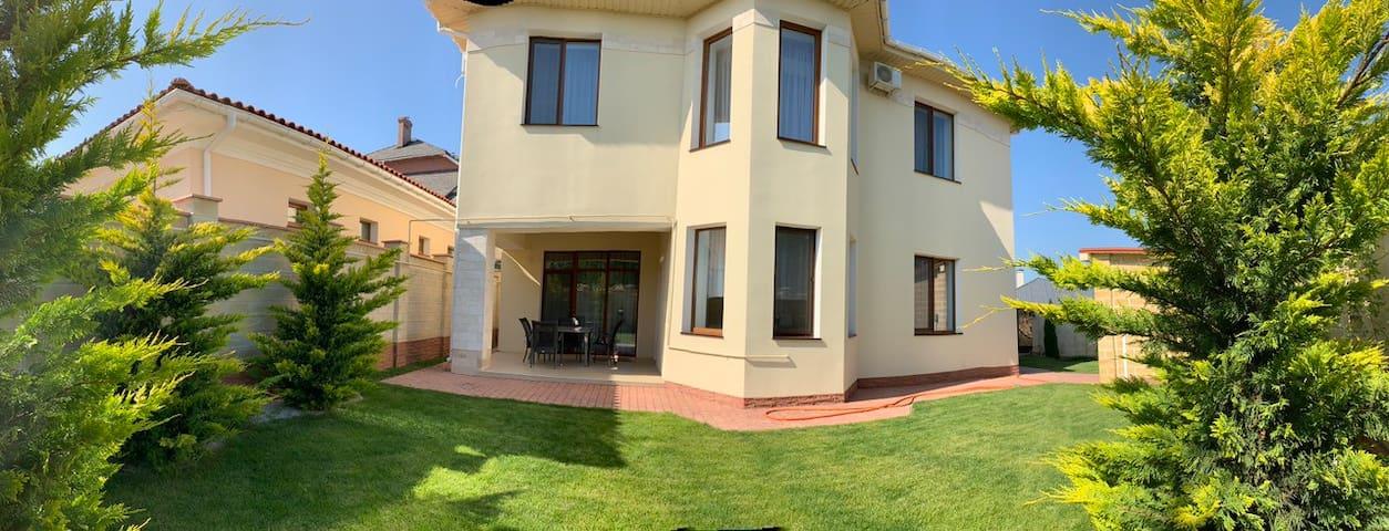 New house by the sea, Sauvignon 2