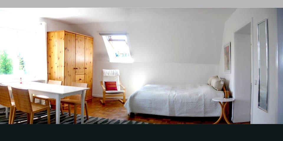 Außerdem gibt es noch ein großes Doppelbett.