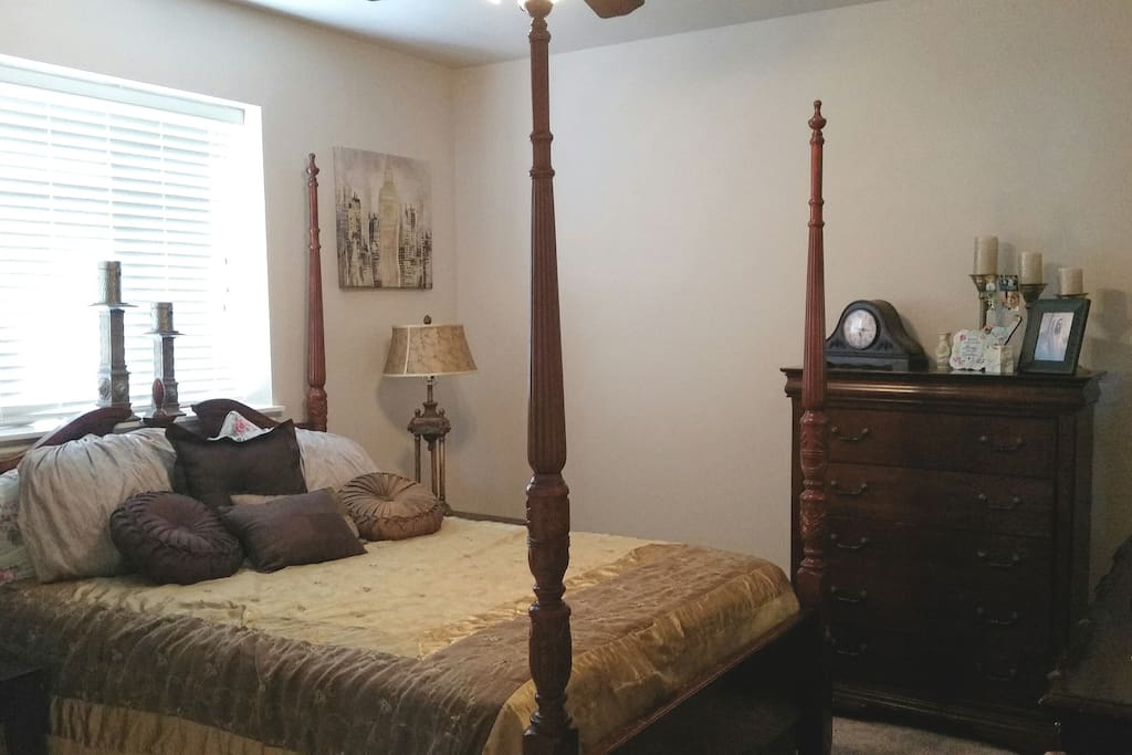 """BEAUTIFUL LARGE """"GOLD ROOM"""", with queen bed (*downstairs bedroom with large mirrored dresser, high boy dresser, and full closet)"""