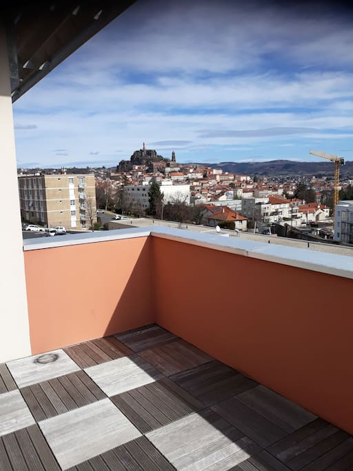 Terrasse avec vue dégagée sur la vierge et la cathédrale.