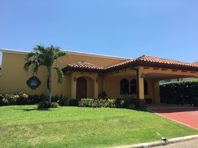 Gated Community-Costa Del Sol, walk to the beach! - Bejuco - Casa