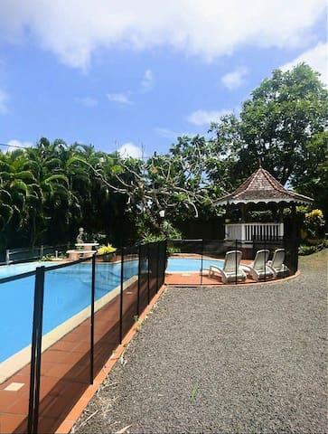 Coquet f2 en rez-de-villa situé au Cœur de l'île.