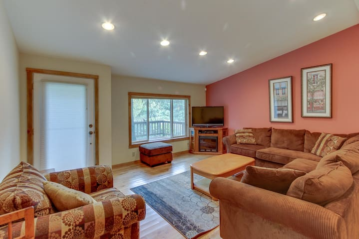 Serene wooded retreat close to the beach! Includes jetted tub and two decks!