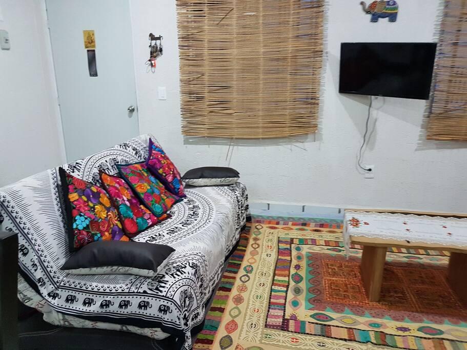 Sofá cama y Pantalla inteligente c/ Internet