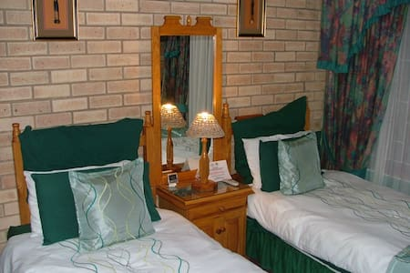 Deluxe Twin/Double room with side sea view bedroom with two single beds
