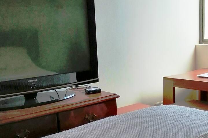 Tv y espacio para trabajar en computador