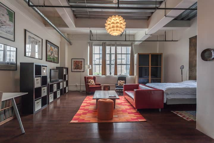 The Urban | Downtown Loft with Doorman & Fast WIFI