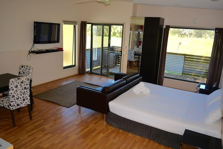 Bimbi Park - Open Plan Cabin with bathroom