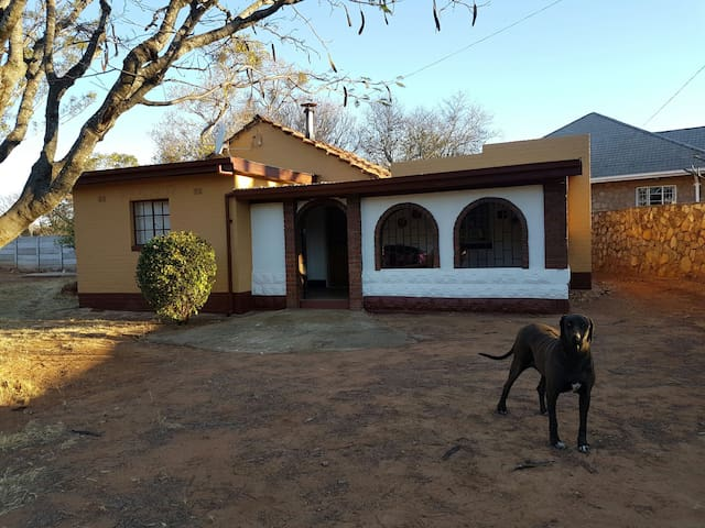 "Quaint ""Oldie"" in a quiet suburb - Burnside, Bulawayo, ZW - Cabana"