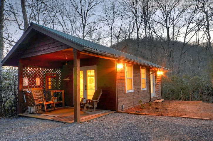 Smoky Mountain Farmhouse Cottage - Sylva - Guesthouse