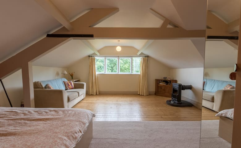 Spacious attic room in lovely Arts & Crafts house