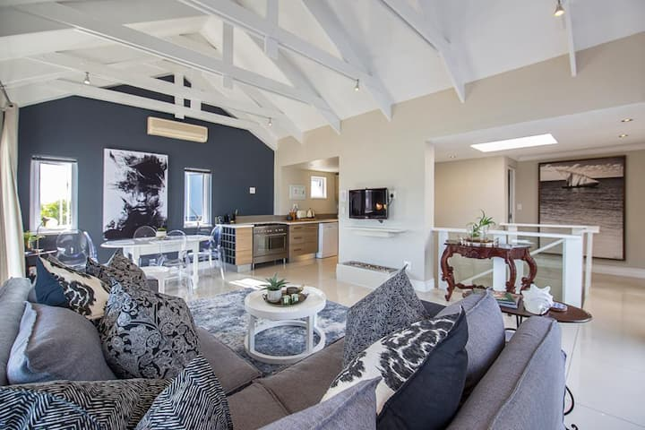 Chic Thesen Penthouse with views. Walk to eat/shop