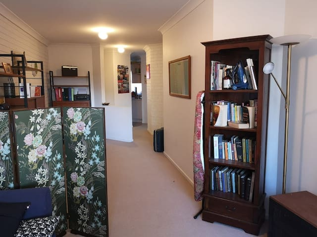 Bright and cosy entire apartment in Downer