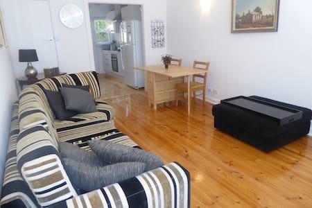 Affordable Eastern Suburbs Apartment - Erindale - Lejlighed