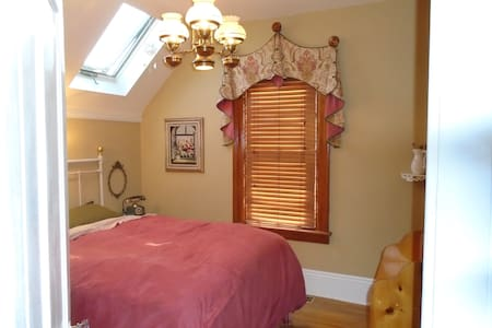 queen bed with private bath, historic, near lake - Barrie