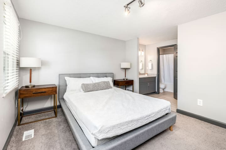 Modern Townhouse + Minutes From Polaris Mall