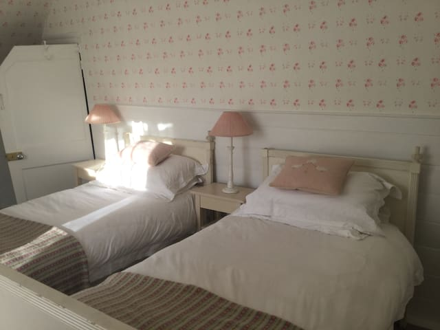 Luxury B&B Twin Room Village House - Bramdean - Bed & Breakfast