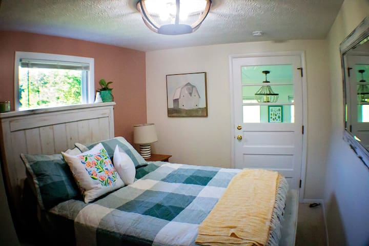 Bedroom with queen size bed and closet