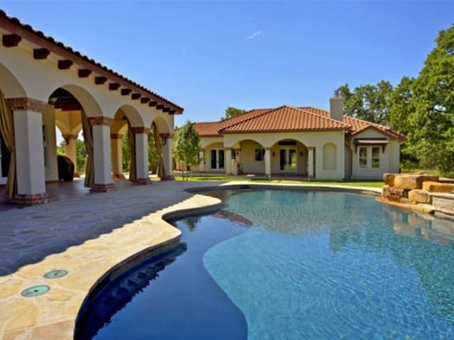 Luxury Hill Country Estate with Pool/Spa Sleeps 20
