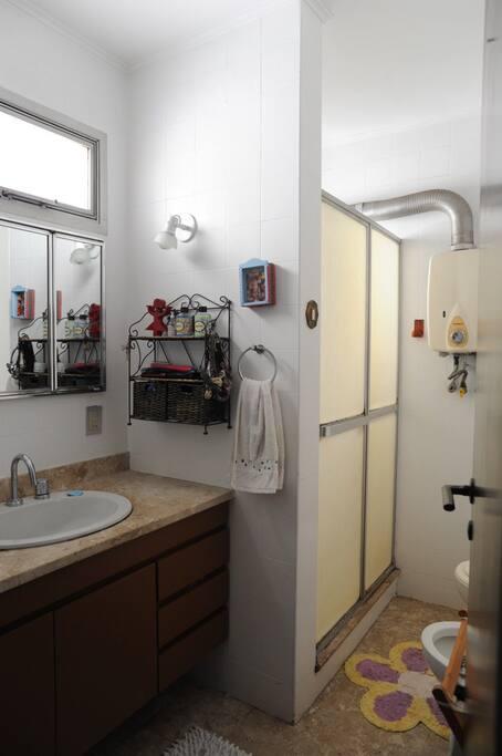 Banheiro da suíte, completo com chuveiro.