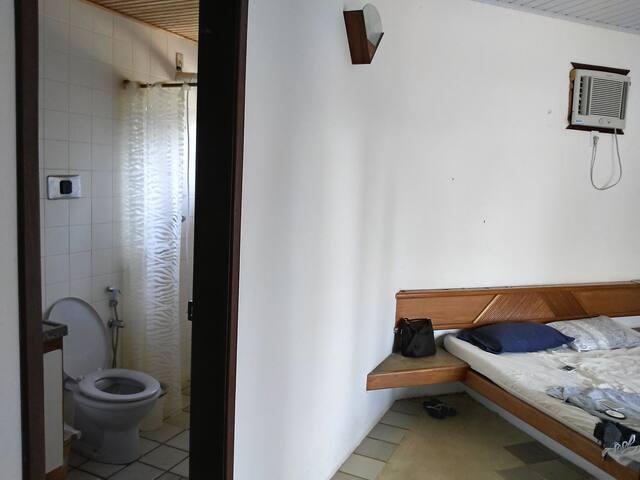 Vista parcial da suíte e banheiro da suíte
